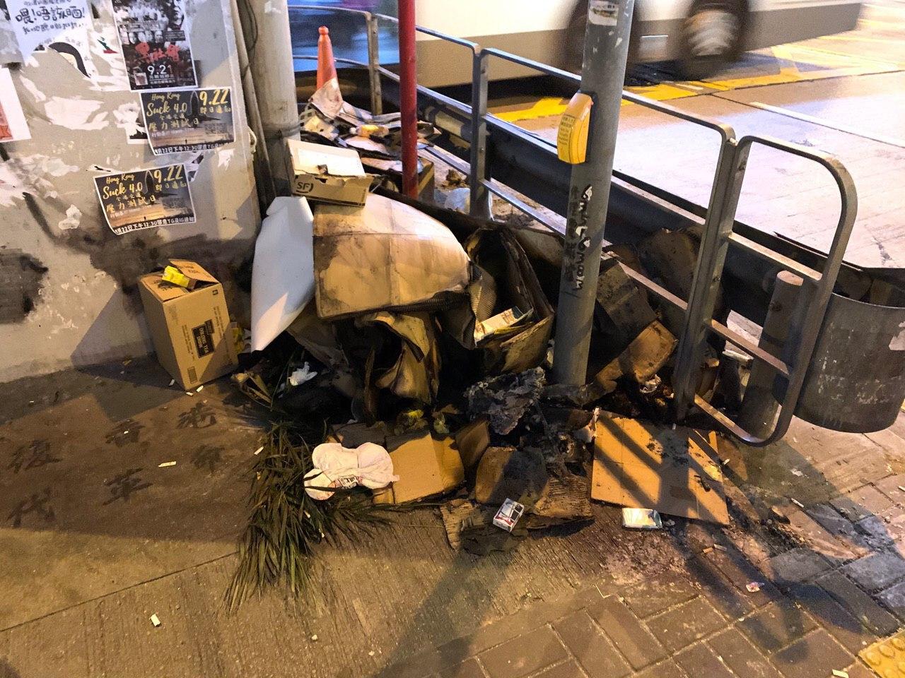 旺角警署外有雜物曾經燃燒過。網民圖片