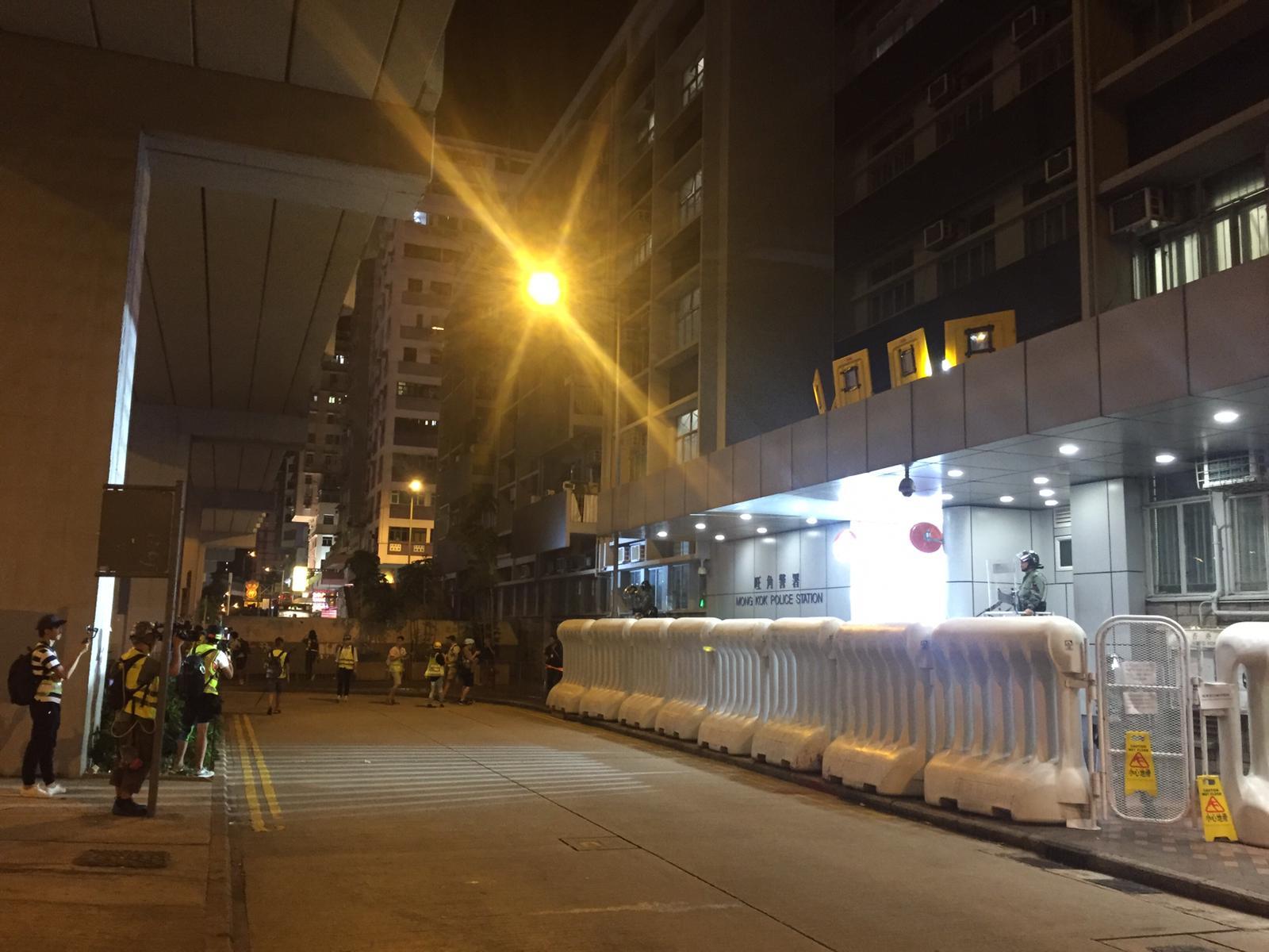 防暴警察在旺角警署戒備。
