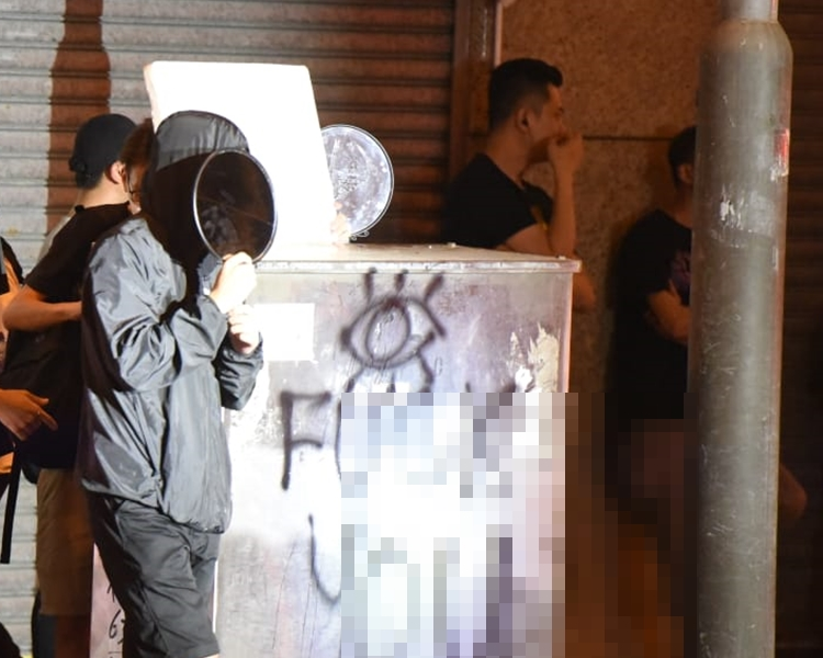有示威者用鏡照向警員。