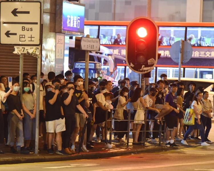 數十名市民,於周一晚上,在旺角警署對開馬路聚集。