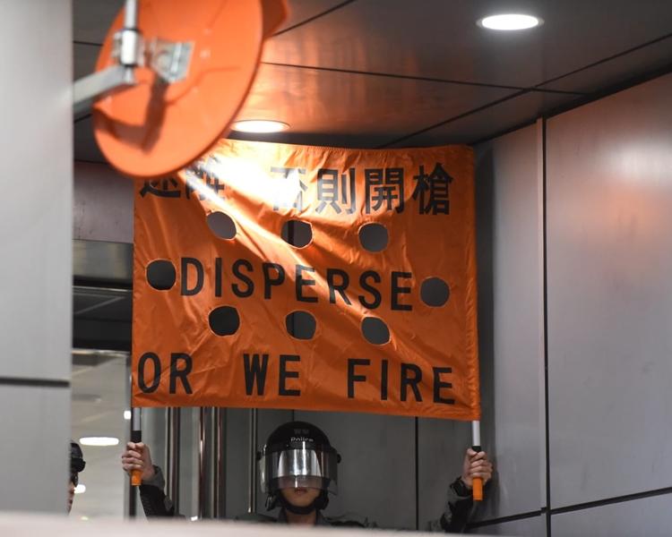 警署內舉起橙旗,警告開槍。