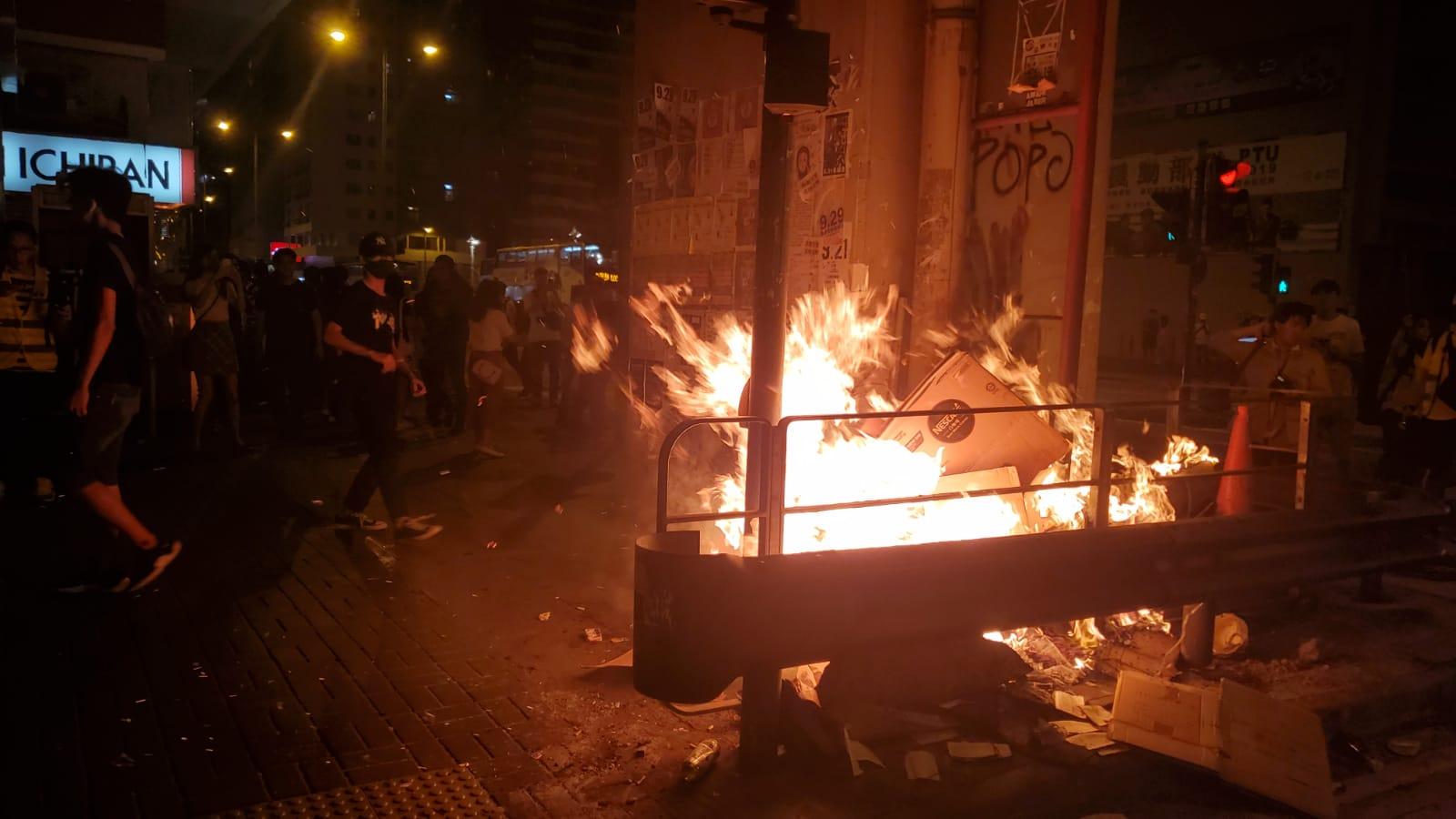 示威者周一晚上11時過後,再次縱火。