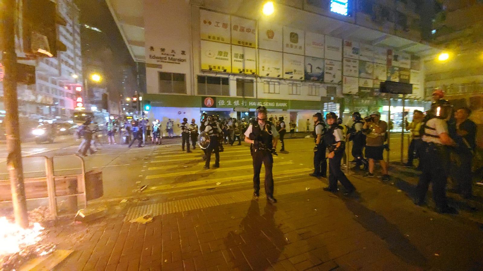大批警員出動。