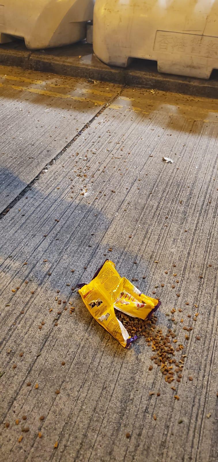 有人向警署擲狗糧。