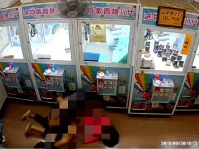 台灣新北市竟有一對小情侶在夾公仔機店內公然做愛。(網圖)