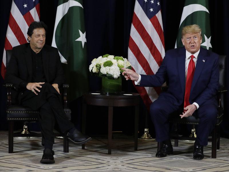 特朗普與伊姆蘭汗(左)會面。AP