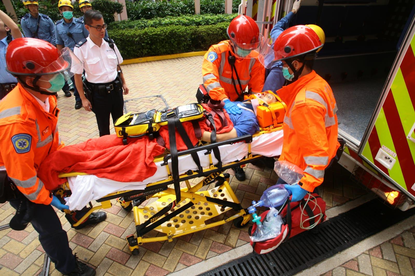 男傷者頭部受重創昏迷,送往醫院救治。
