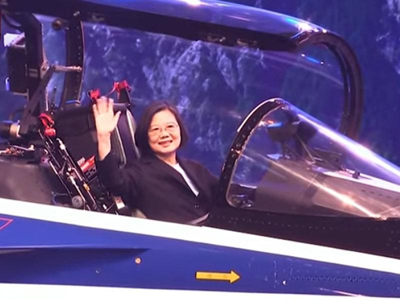 台灣首架自製新式高教機「勇鷹號」首度曝光,蔡英文親自登上新機視察。(Youtube截圖)