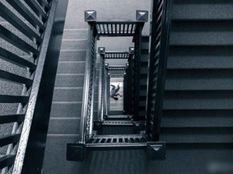 大連一名27歲女子在家睡覺突然失蹤,事後在山上一棟住宅裡的樓梯間被找到。示意圖