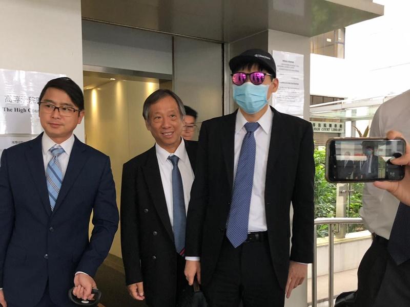 被告貝瀨裕紀(右一)無罪釋放。