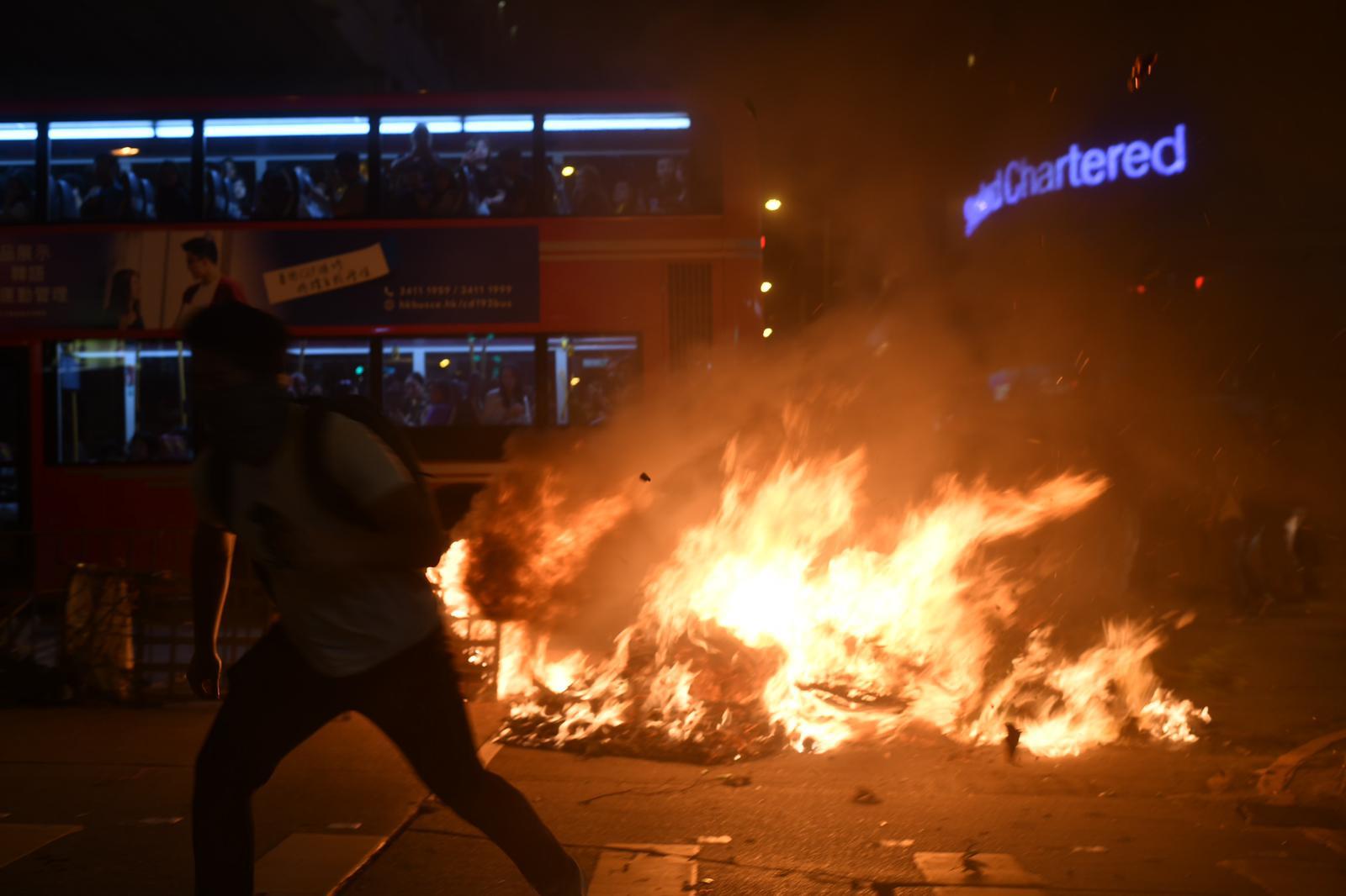 周日有示威者在太子道近旺角警署,堆紙皮縱火。