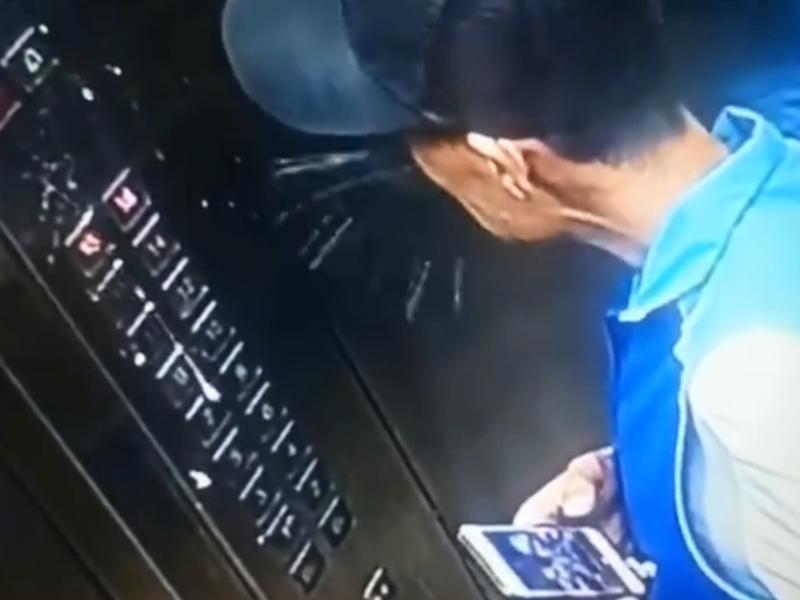 北京一名外賣員吐痰污損電梯按鈕面板被行政拘留。 影片截圖