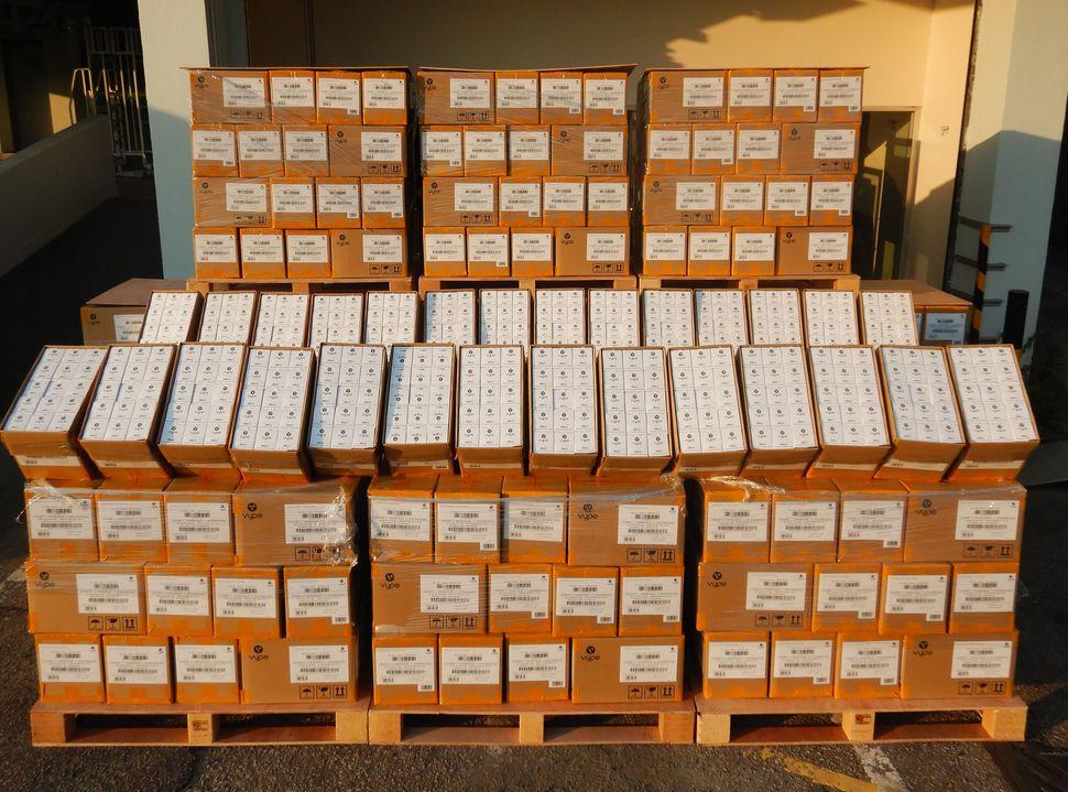 海關檢獲約18.2萬件走私含尼古丁油的煙油匣。政府新聞處圖片
