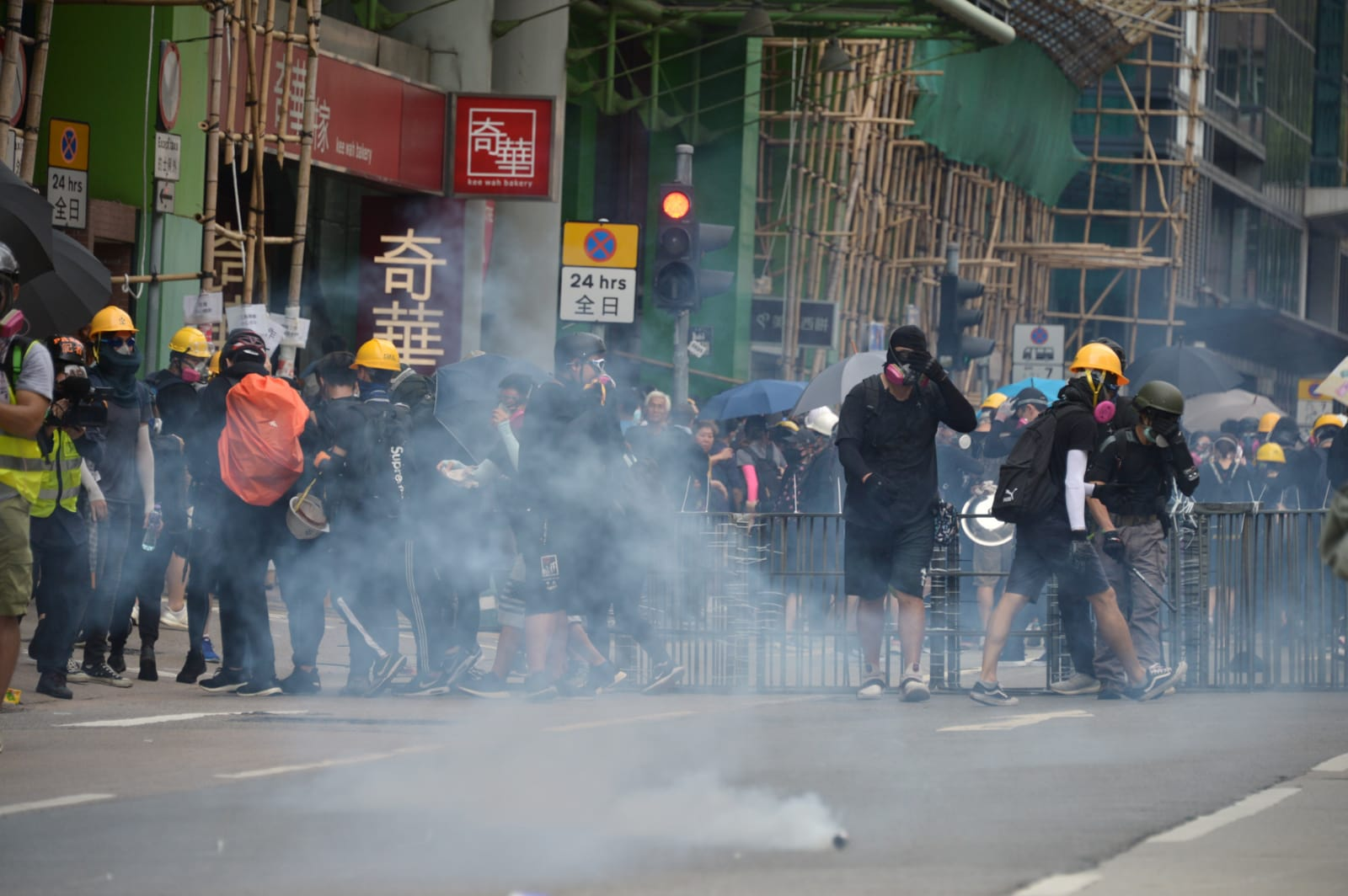本港示威者經常會佩戴頭盔面罩防毒面具。資料圖片