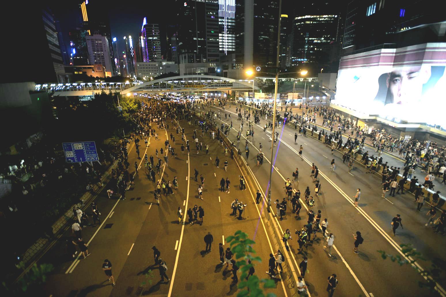 【修例風波】示威者佔據金鐘灣仔多段馬路 交通受阻改道