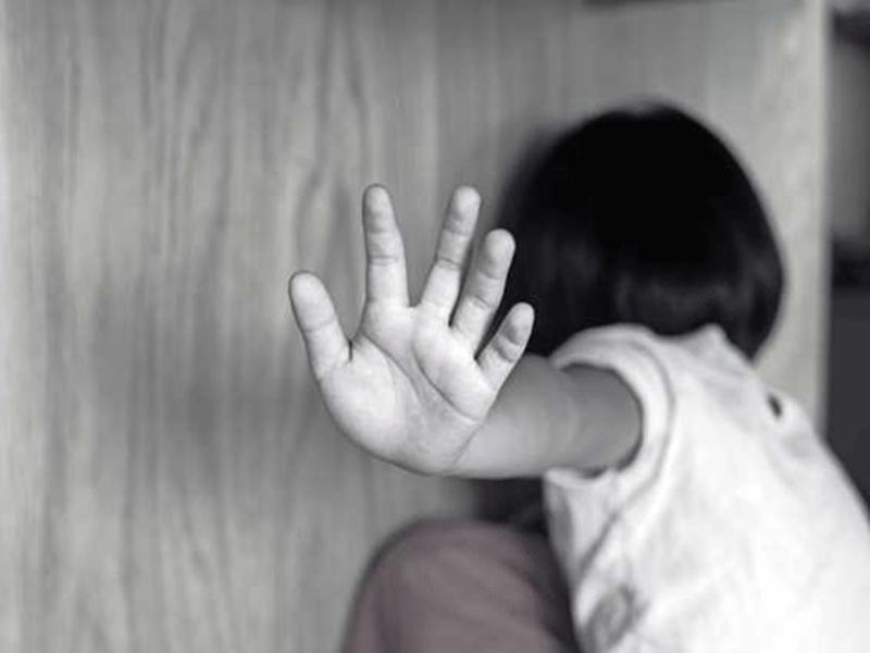 印尼一名年僅11歲的女童在上學路上經常遭養父對她伸出狼爪。示意圖