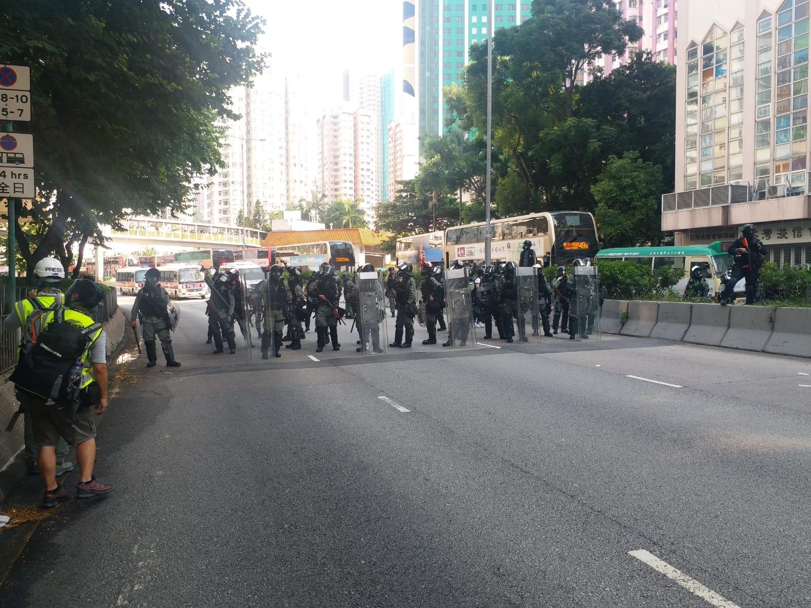 荃灣防暴警察驅散示威者