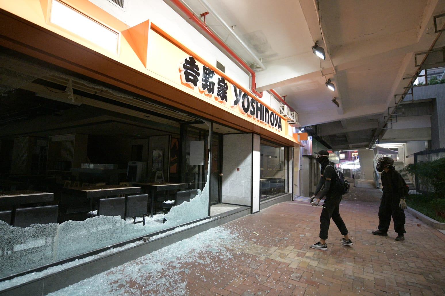 示威者打爆快餐店玻璃