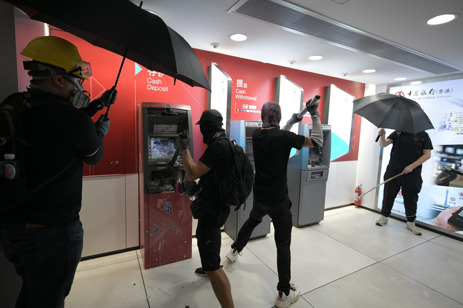 示威者破壞銀行櫃員機