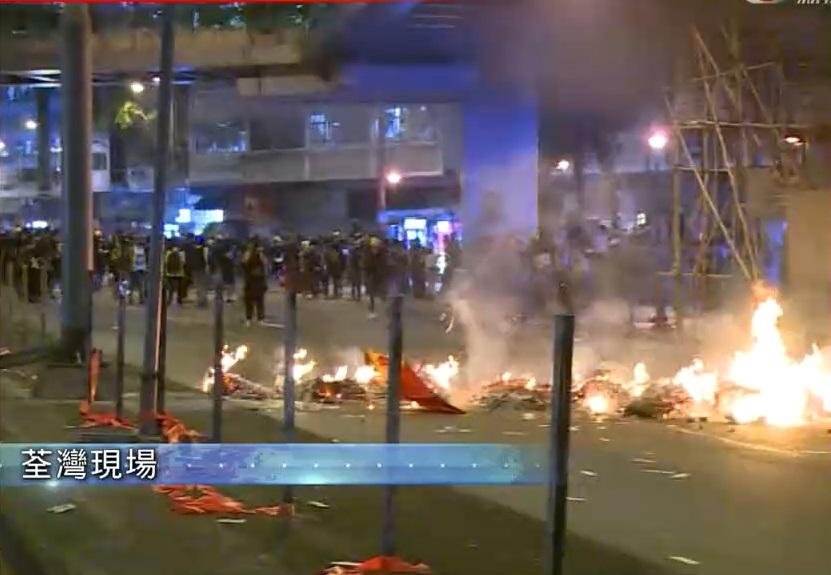 示威者在荃灣縱火。無綫新聞截圖