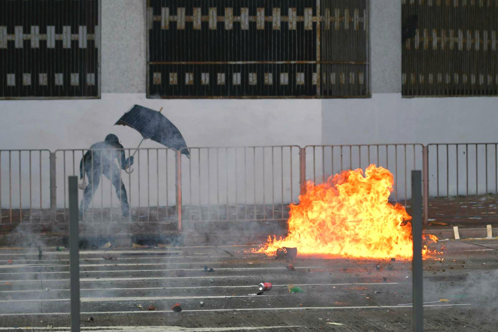 示威者投擲汽油彈。