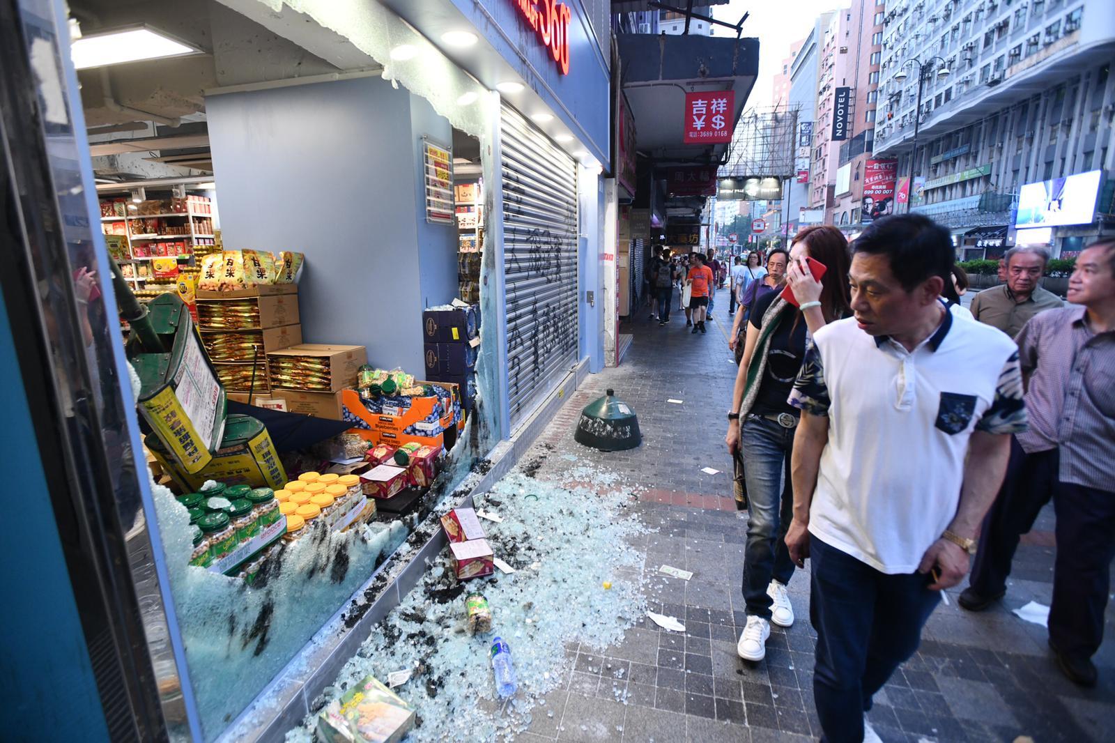 示威者大肆破壞多間商店。