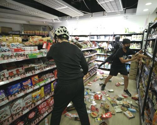 【修例風波】示威者縱火破壞荃灣商戶 搗亂零食店毀銀行櫃員機