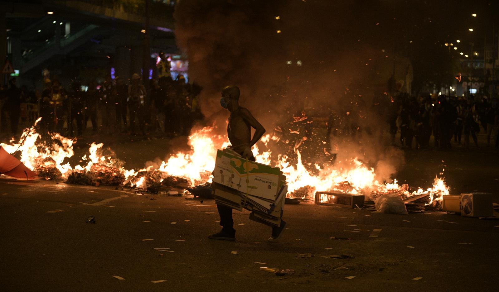 示威者在荃灣縱火。