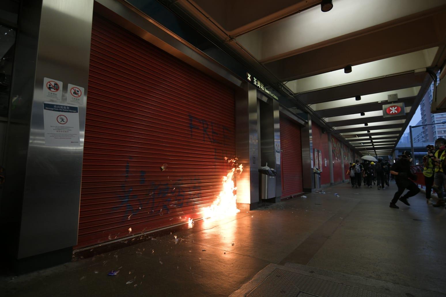 荃灣站被示威者投擲汽油彈。