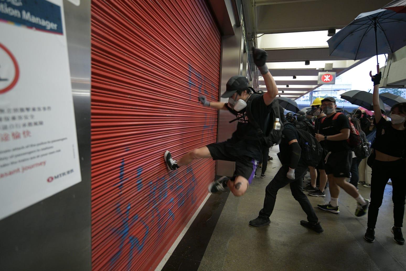 荃灣站被示威者破壞。