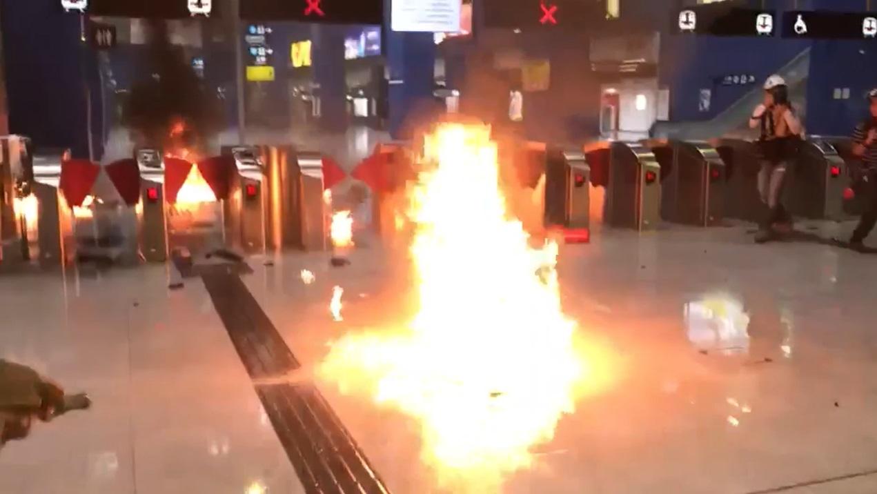 大圍站被示威者縱火。影片截圖