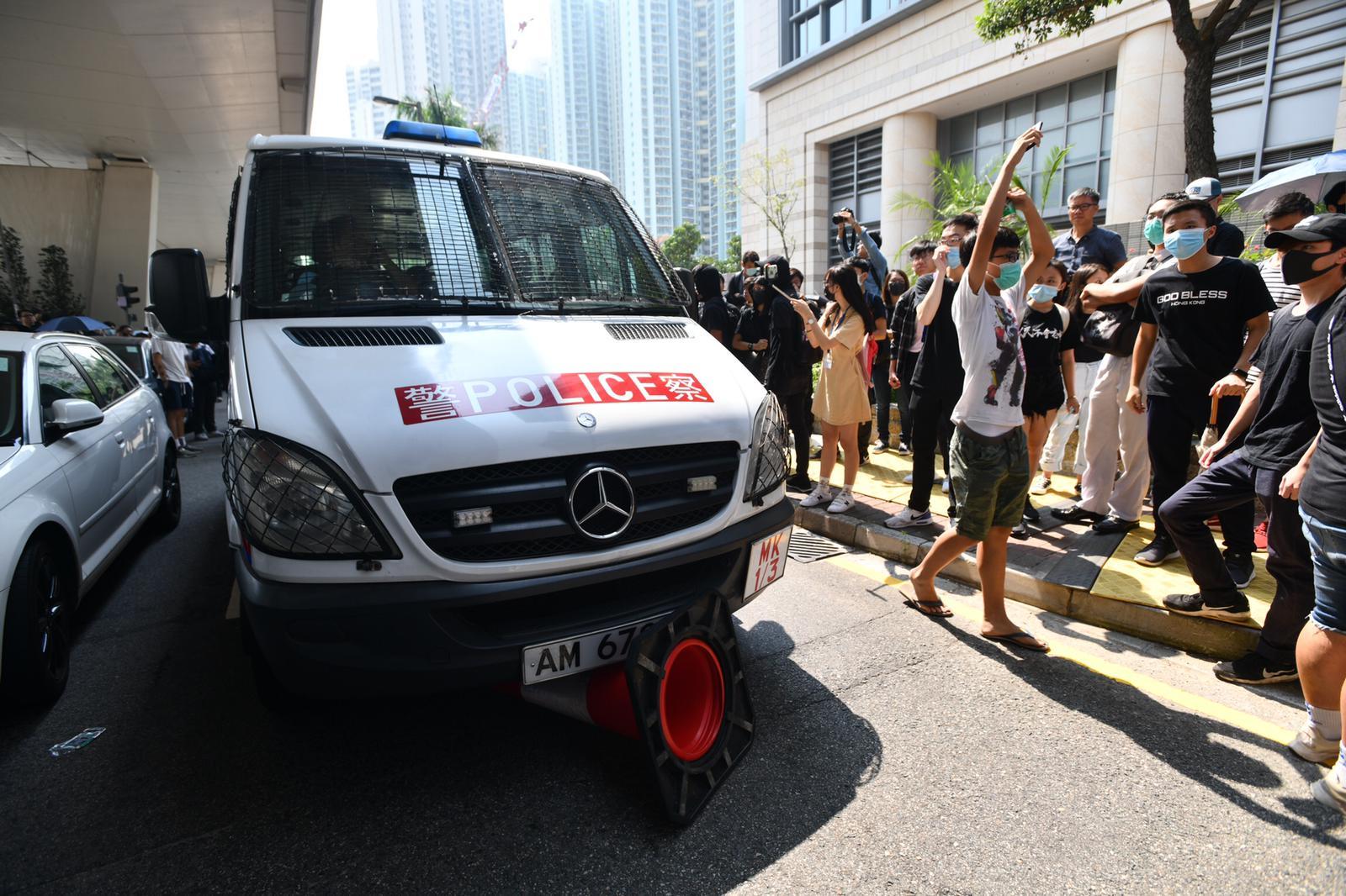 有警車被包圍。