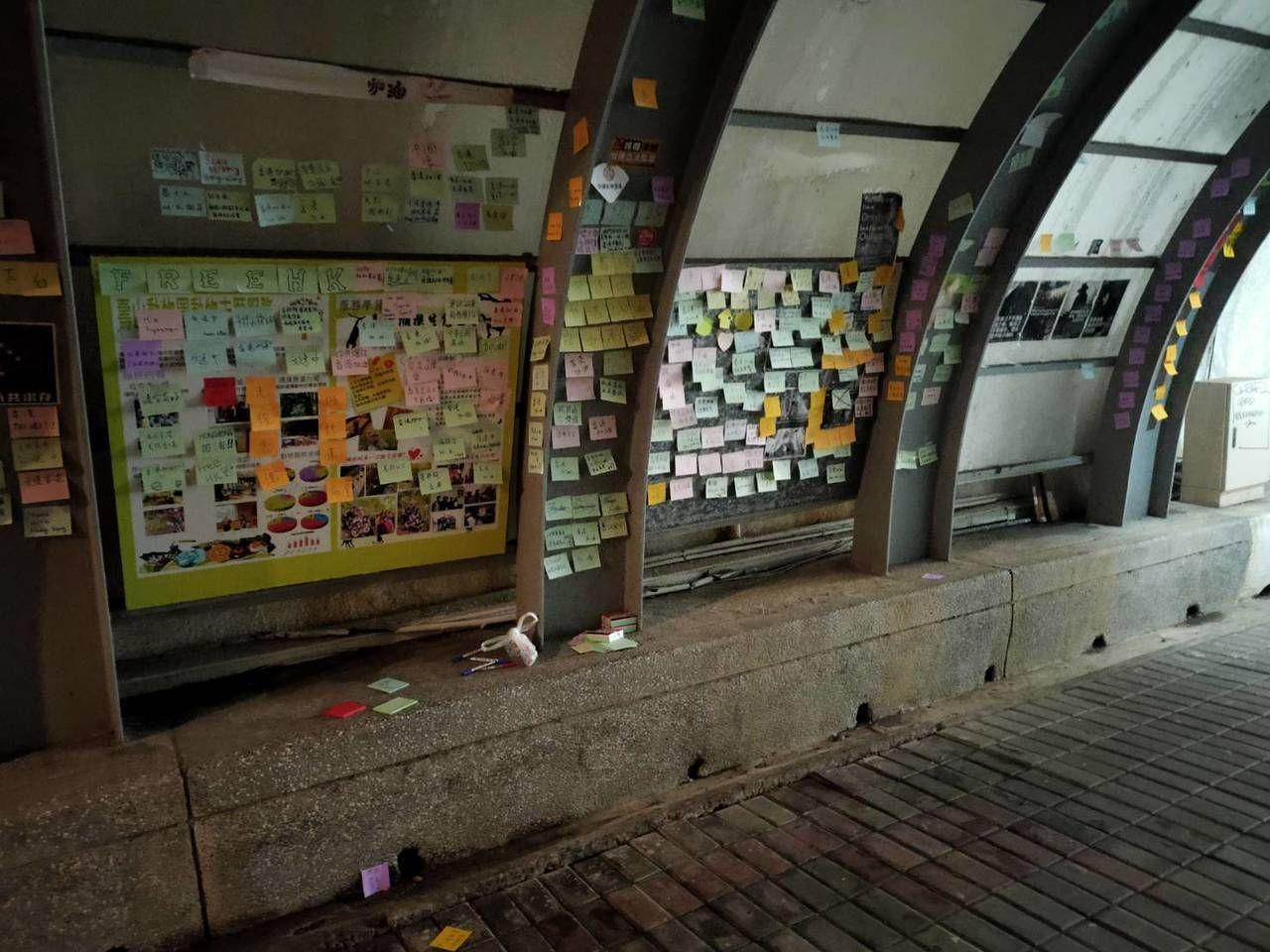 台灣中山大學日前學校布告欄聲援反送中字條遭破壞。(網上圖片)