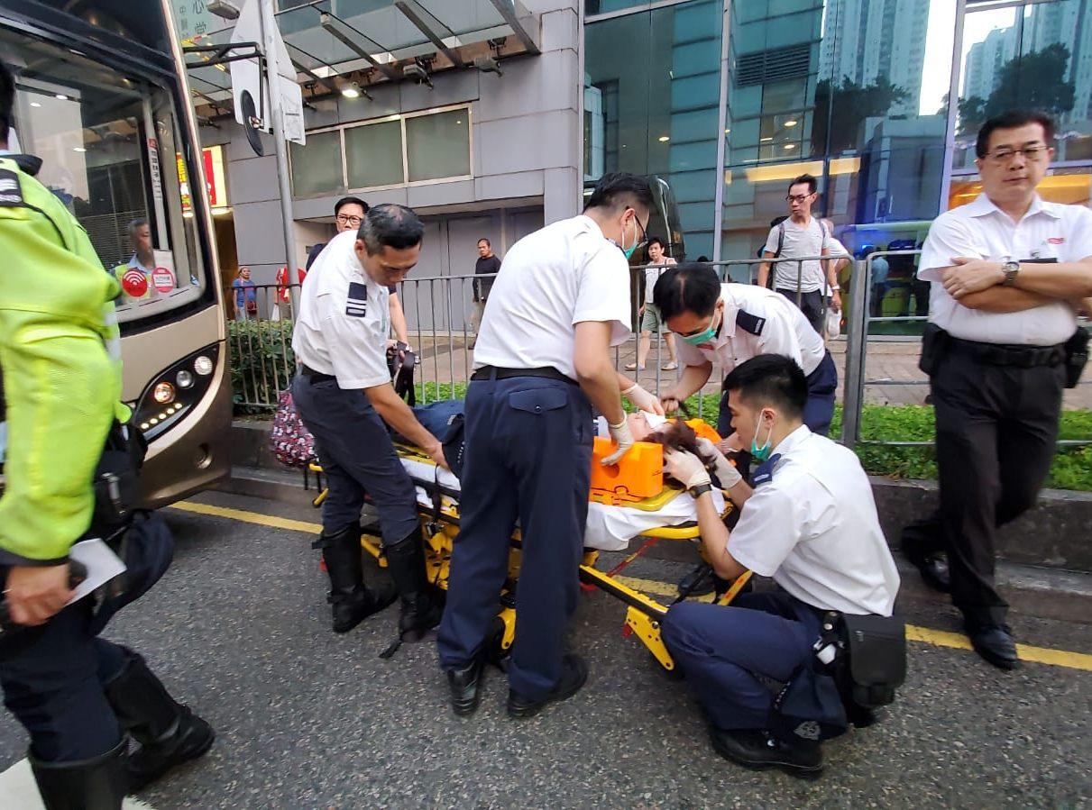 兩名巴士女乘客受傷。
