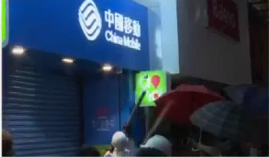 示威者破壞電訊商鐵閘。NOW新聞截圖