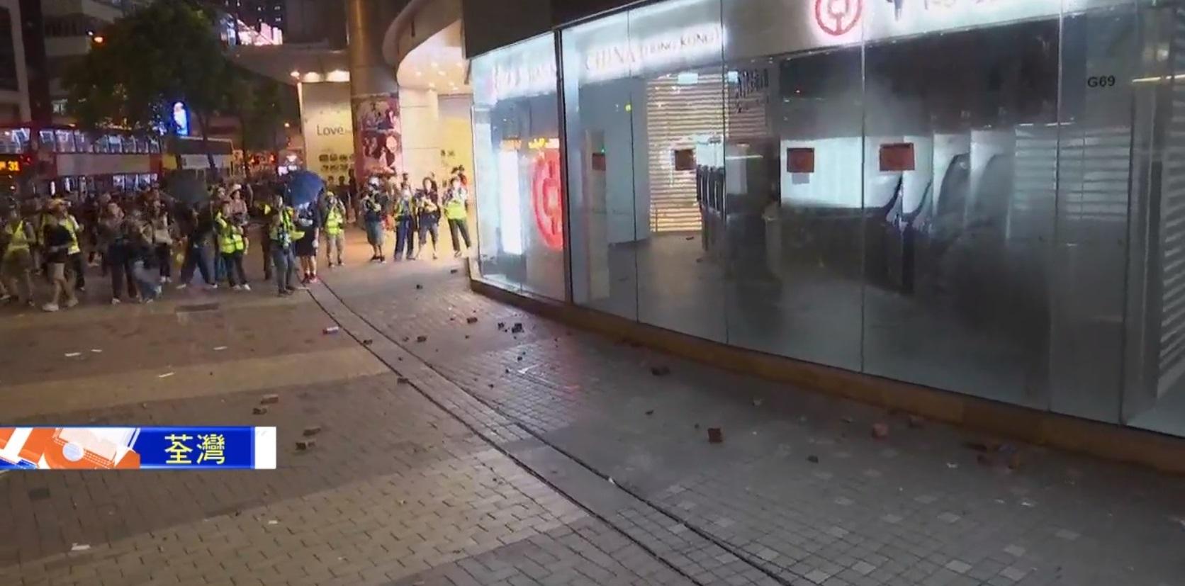 示威者破壞銀行設施。NOW新聞截圖
