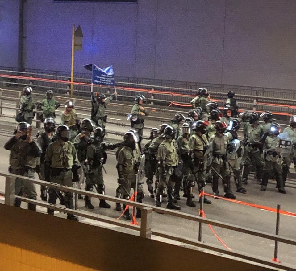 屯門防暴警察藍旗警告。網上圖片