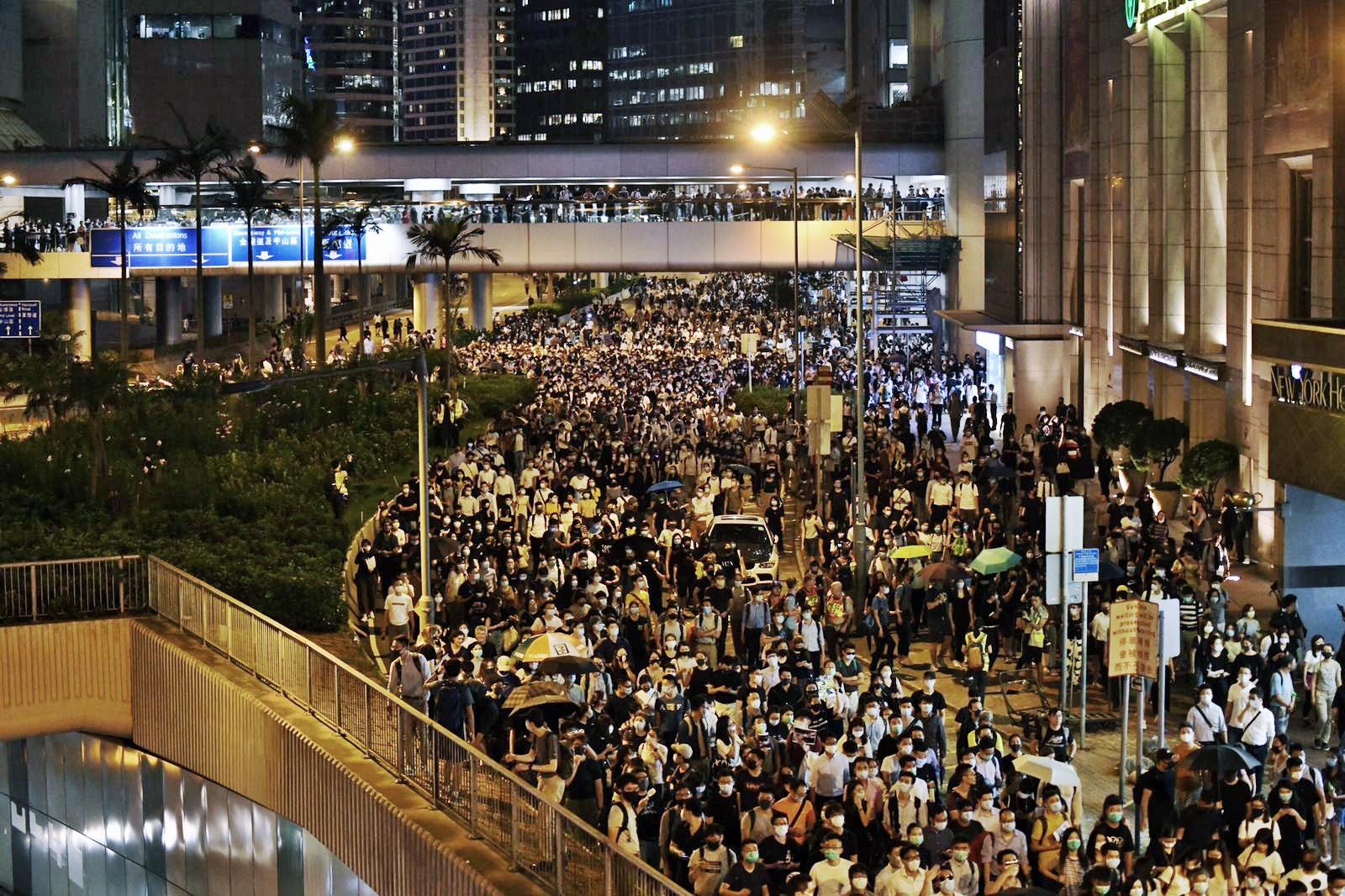 晚上中環愈來愈多人聚集。