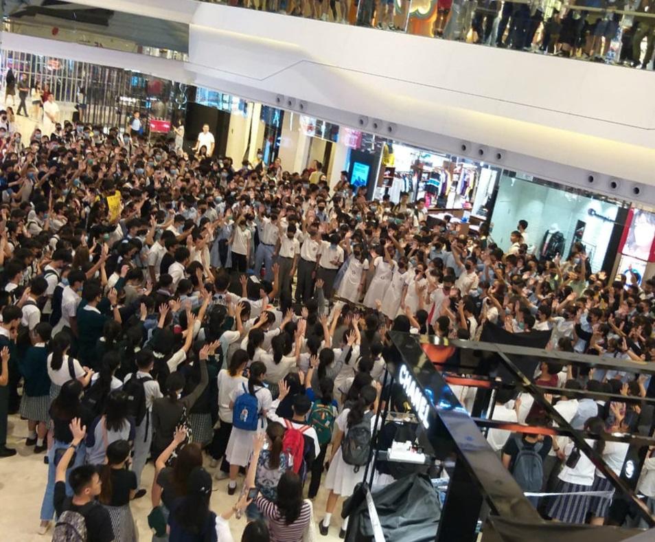 元朗商場下午有人群聚集。