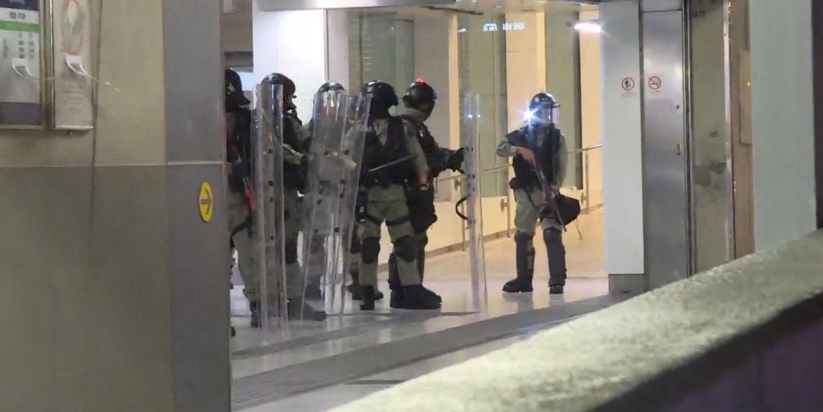 觀塘站防暴警察駐守。NOW新聞截圖