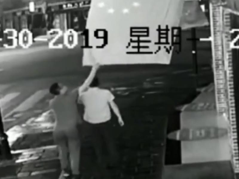 男子侮辱國旗違反《國旗法》,被當局給予12日行政拘留處罰。 影片截圖