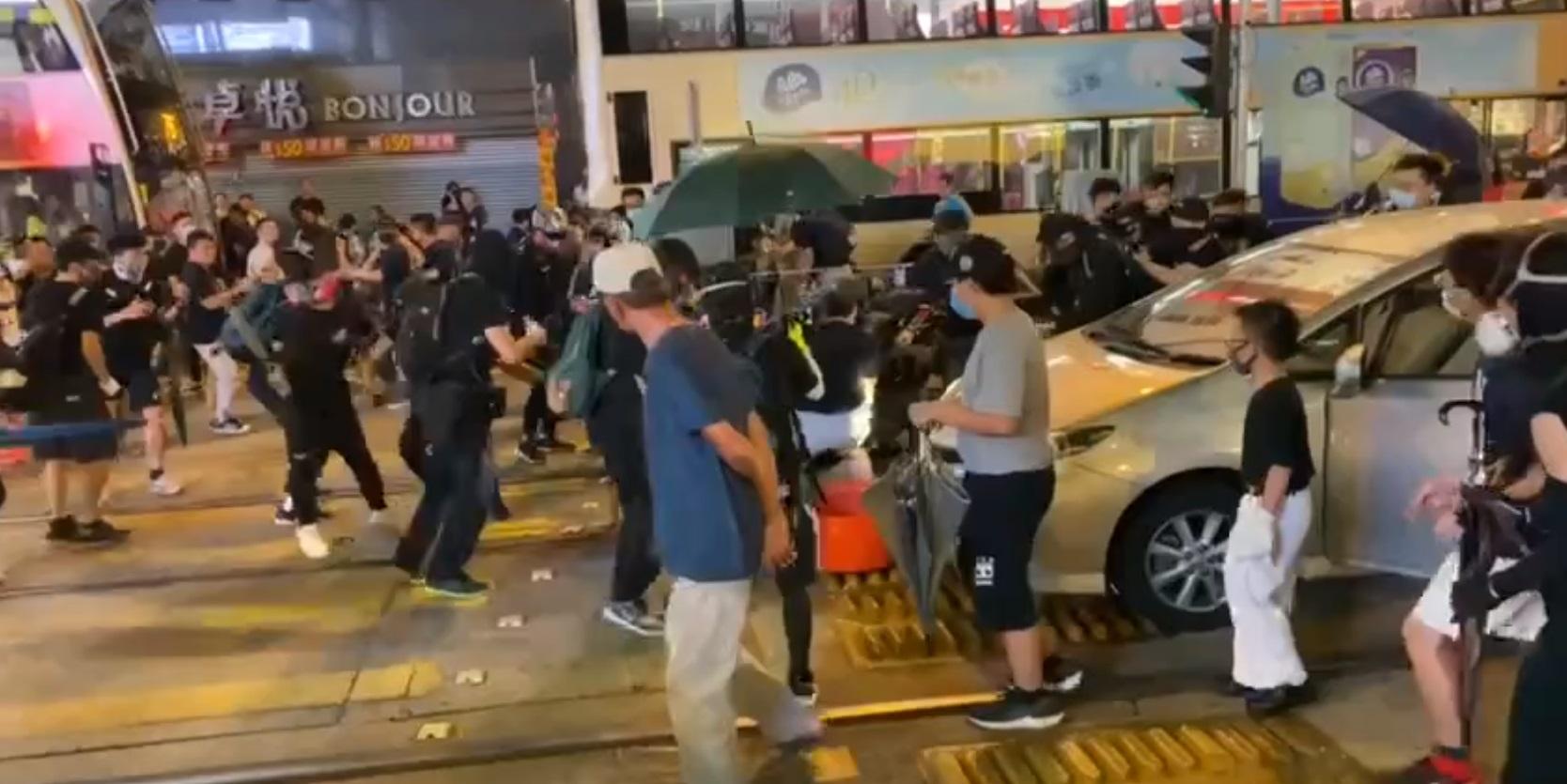 警員被拳打腳踢。網上截圖