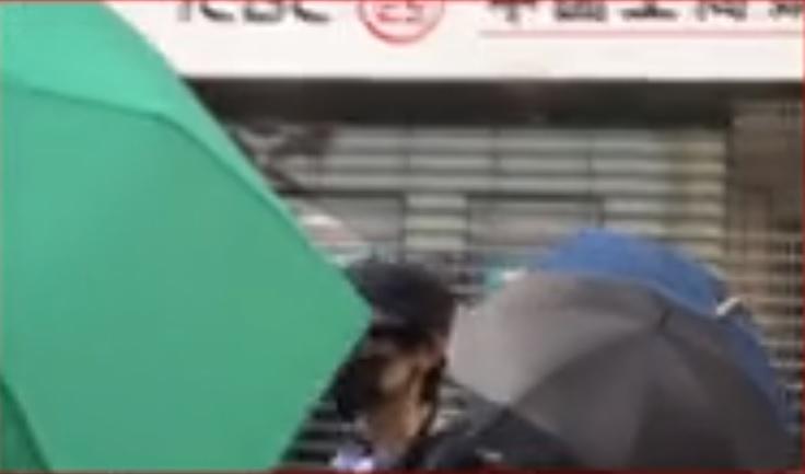 上水有示威者破壞中資銀行鐵閘。有線新聞截圖