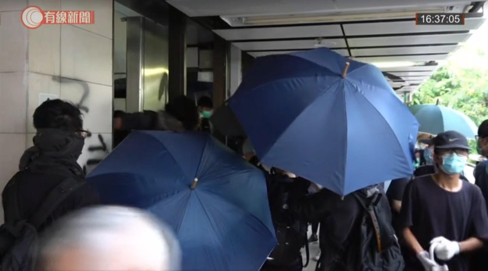 上水有示威者破壞商店。有線新聞截圖