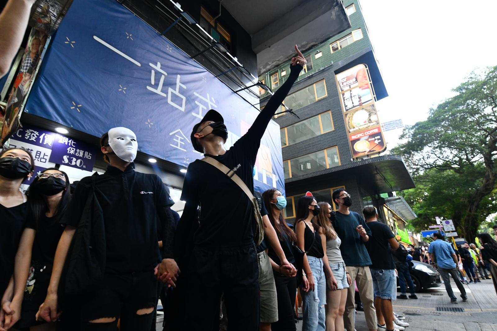 尖沙嘴有示威者築成人鏈。