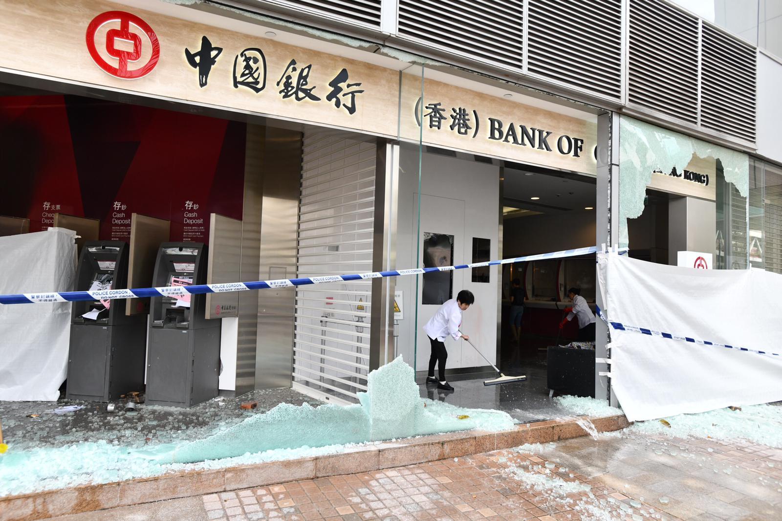有銀行遭受示威者破壞縱火。
