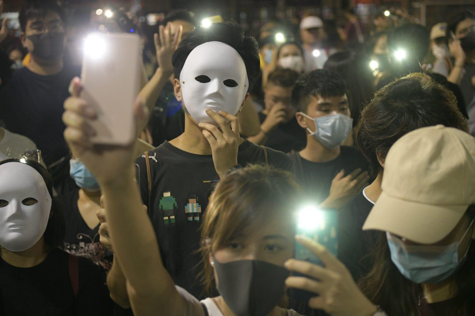 大批示威者蒙面抗議《反蒙面法》。