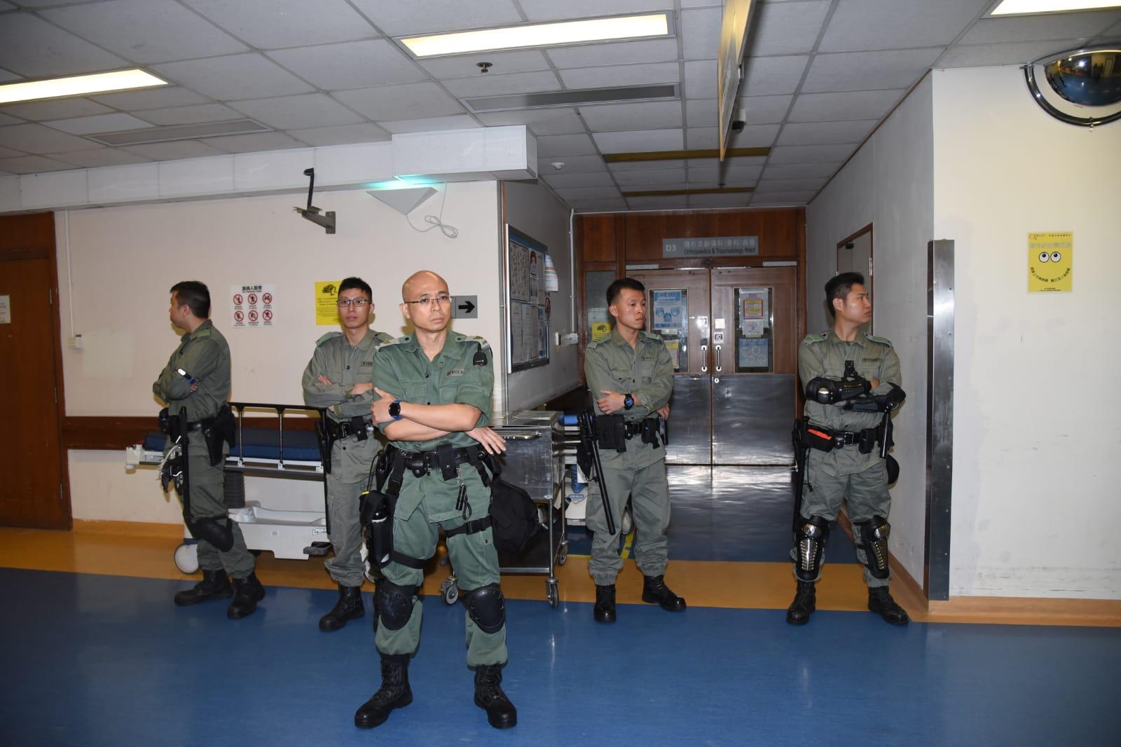 防暴警察在醫院戒備。
