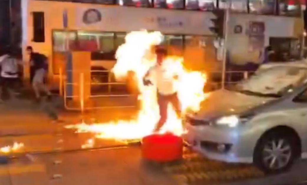 警員被投擲汽油彈。網上影片截圖