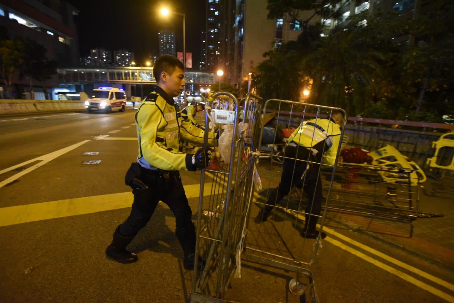 防暴警察到場清理路障